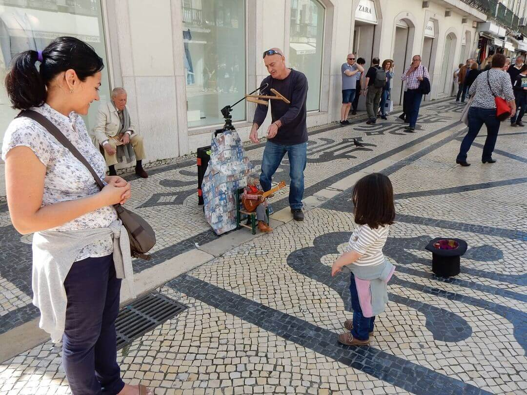 Lisbon by train - Performer giving bypassers a smile